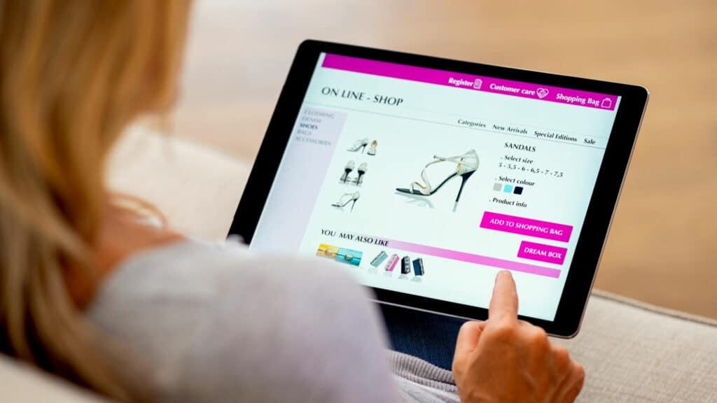 Vrouw kijkend naar webshop op tablet